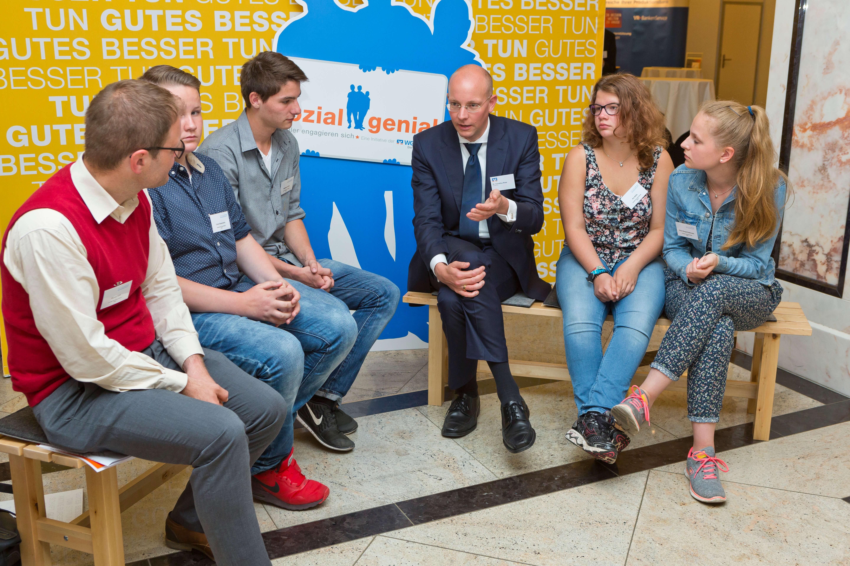 sozialgenial - Schülerinnen und Schüler der Conrad-von-Ense-Schule mit DZ BANK Vorstand und Stiftungsrat Dr. Cornelius Riese im Gespräch